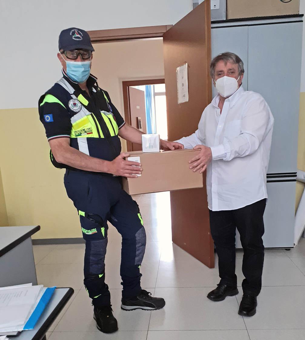 Il Presidente Troiano riceve le mascherine da Giovanni Sala